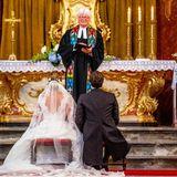 Highlight des Brautkleids ist der tiefe Rückenausschnitt, der ebenfalls mit Spitze besetzt ist und natürlich der atemberaubende Schleier.