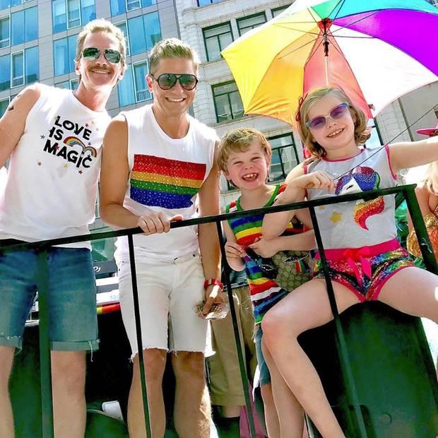 Neil Patrick Harris, Ehemann David Burtka und ihre bezaubernden Zwillinge Gideon und Harper genießen die Pride ganz gemütlich auf einem der vielen Trucks.