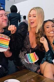 Topmodel Karlie Kloss gönnt sich zur Feier des Tages zusammen mit Brandon Maxwell und Elaine Welteroth ein Stück Pride-Torte.
