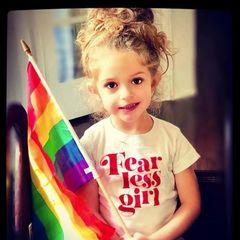 """""""Charmed""""-Star Alyssa Milano feiert den Pride Month mit ihrer furchtlosen Tochter Elizabella."""