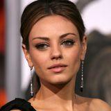 """Anfang 2010 ist Mila Kunis längst schon ein Star. Mit ihren großen braunen Augen, ihrer feinen Nase und ihren markanten Gesichtszügen begeistert sie spätestens seit """"Die wilden Siebziger"""" alle."""