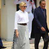 Fürstin Charlène weiß, was im Sommer 2019 absolut im Trend ist. Sie wählt zu einer schlichten Hemdbluse einen gestreiften Maxirock, der gerade erst den Runway erobert hat.