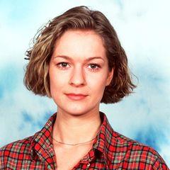 Lisa Wittich wird am 11. Februar 1972 als Tochter eines Architekten in Stuttgart geboren. Schon früh entdeckt sie ihre Leidenschaft für die Schauspielerei. Von 1993-1997 absolviert sie eine SchauspielausbildungHochschule für Musik und Theater in Hamburg. Am Thalia Theater kann sie erste Bühnenluft schnuppern.