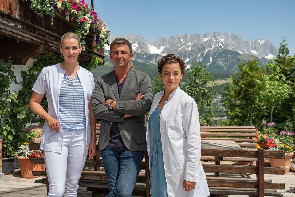 """""""Der Bergdoktor"""" Hans Sigl mit seinen Schauspiel-Kolleginnen Andrea Gerhard (l.) und Ronja Forcher (r.)"""