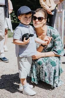 17. Juni 2019  Schon Mitte Juni besuchten Prinzessin Victoria, Prinz Daniel und ihr kleiner Prinz die Norrviken Gardens in der Provinz Schonen. Diese neuen Bilder zeigen aber, dassOscar nicht nur den süßesten Schmollmund Schwedens hat, sondern auch ein tolles Lachen.