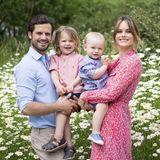 """1. Juli 2019  Mit diesem tollen Familienfoto wünschen Prinz Carl Philip und Prinzessin Sofia mit ihren Prinzen Alexander und Gabriel allen ihren Instagram-Fans einen """"richtig feinen Sommer""""."""