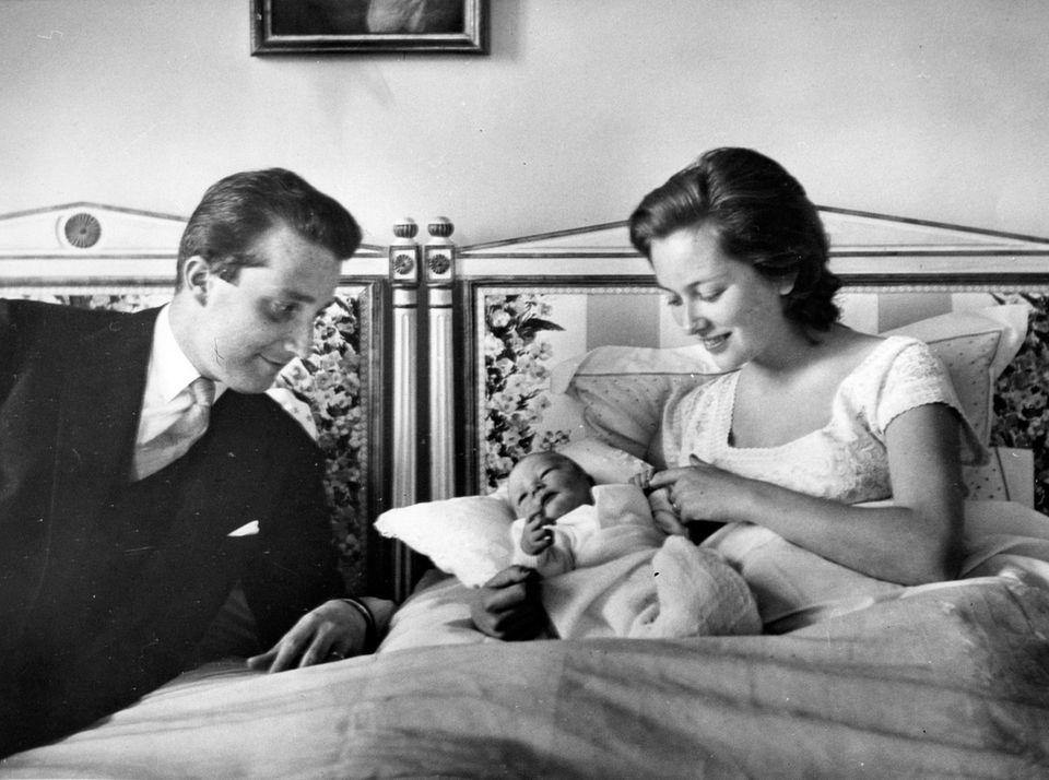 Schon im April 1960 kommt der royale Nachwuchs zur Welt: Der kleine Prinz Philippe wird geboren.
