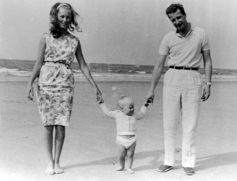 In Paolas Geburtsort Forte dei Marmi macht die kleine Familie Urlaub und Prinz Philippe seine ersten Schritte.