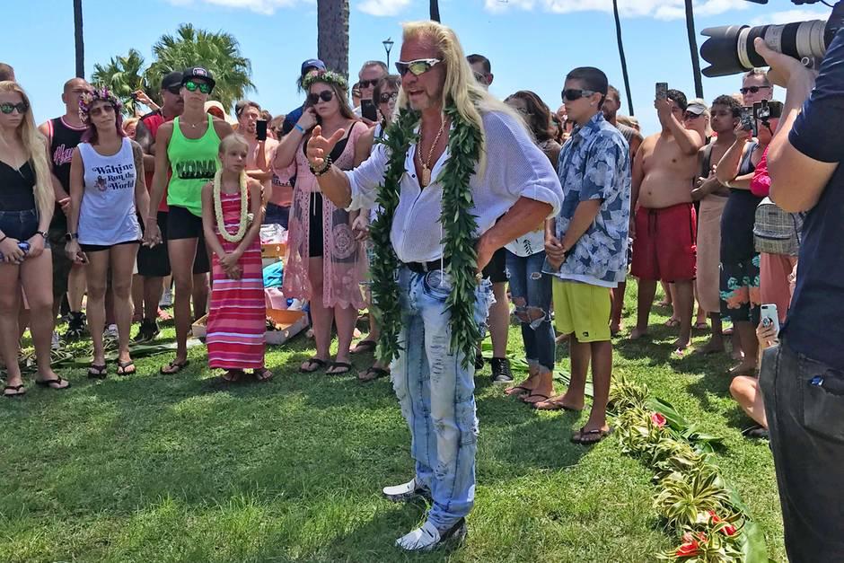 """Duane """"Dog"""" Chapman hält eine rührende Rede anläßlich der hawaiianischen Trauerfeier für seine Frau Beth."""