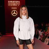 Stylisch in Schwarz-Weiß: Stefanie Giesinger besucht die Show von Christoph Rumpf.
