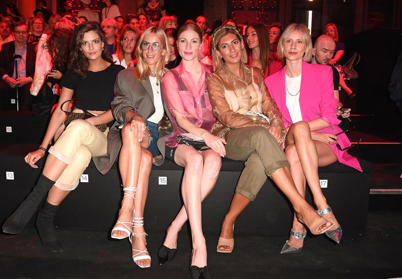 Fünf in der Front Row:Vanessa Fuchs, Tanja Trutschnig, Lisa Banholzer, Aylin König und Lisa Hahnbück lächeln für die Fotografen bei Christoph Rumpf.