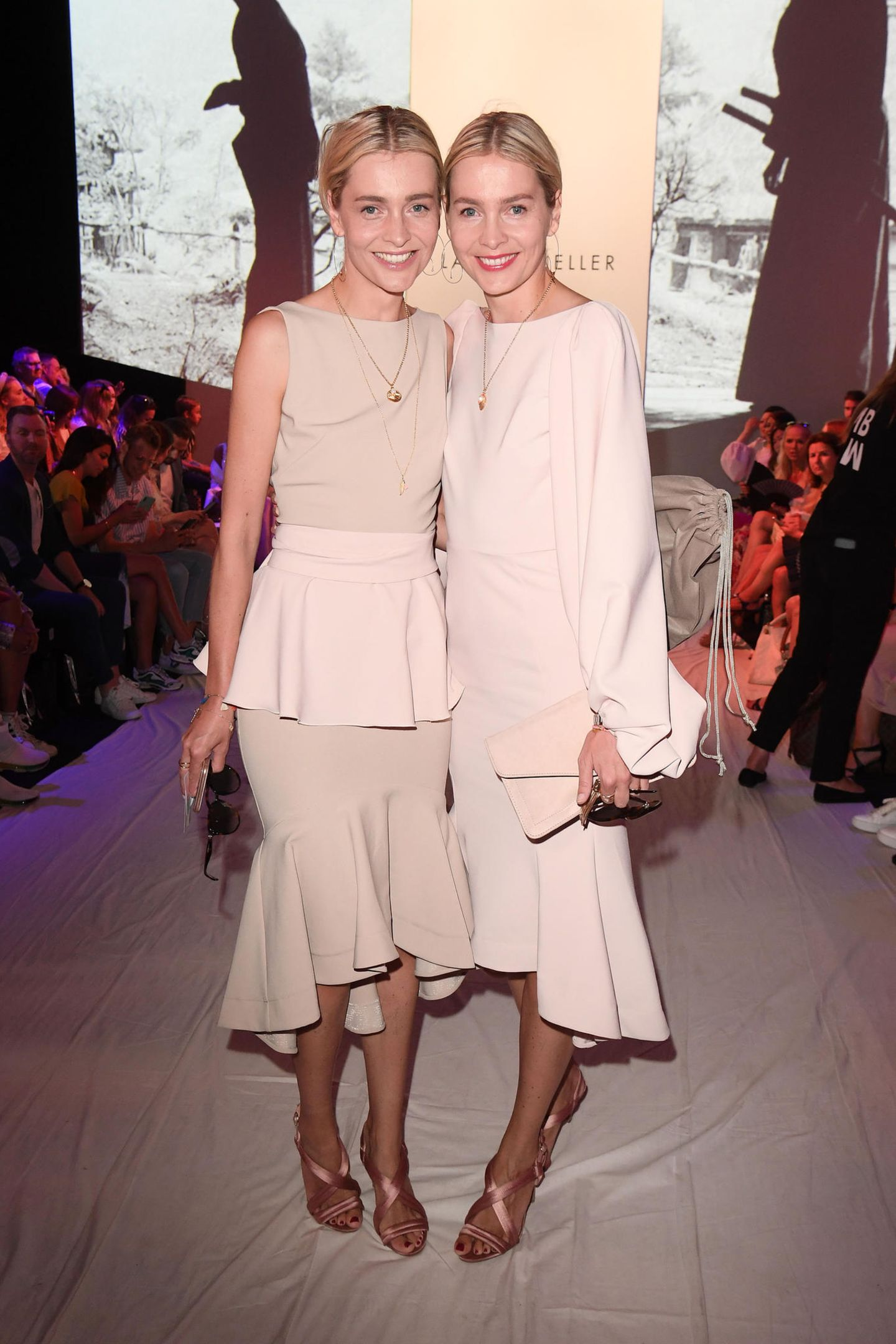 Auch die Model-ZwillingeJulia und Nina Meise wollen die Show von Lana Mueller nicht verpassen.