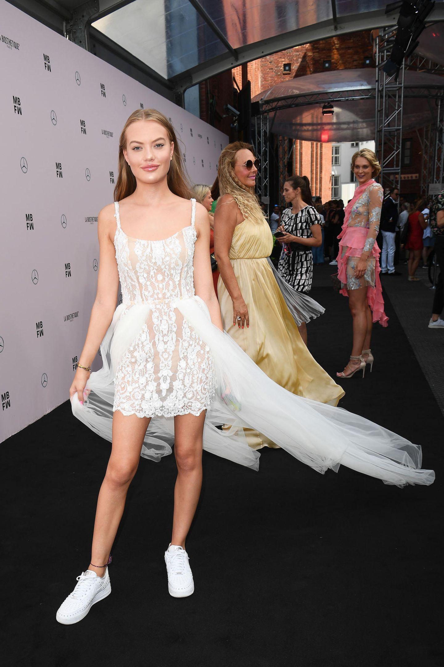 Der Berliner Sommerwind setzt das süße Spitzenkleid von Cheyenne Ochsenknecht in Bewegung.Zusammen mit Mama Natascha besucht sie die Fashion-Show von Lana Mueller.