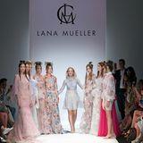 Designerin Lana Mueller genießt mit ihren Models nach dem Defilee ihren verdienten Applaus.