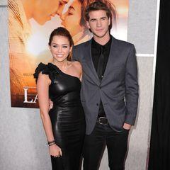 Rockige Eleganz trifft auf lässigen Klassiker: Während Miley Cyrus in ein Leder-Mini schlüpft, entscheidet sich Liam Hemsworth dafür, seinen Anzug-Look durch eine Jeans aufzulockern.