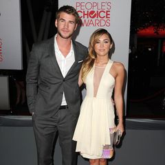 Langsam gewöhnen sich Liam Hemsworth und Miley Cyrus daran, als Pärchen auf dem roten Teppich zu stehen. Trotzdem geht Miley gerne noch auf Nummer sicher und bleibt bei Sorbet-Tönen und langen Wellen.