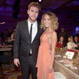 Gi-ga-girly sieht Miley Cyrus in einem apricotfarbenen Kleid mit vielen Volants aus.