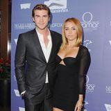 Im Juni 2012 gehtes Liam Hemsworth relativ lässig an. Sein Hemd knöpft er nicht komplett zu, eine Krawatte lässt er gleich ganz weg. Offenherzig zeigt sich auch Miley Cyrus, die ein Kleid mit Cut-Out-Bustier trägt.