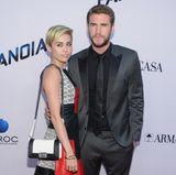 Vier Jahre vorher - im August 2013 - stehen Miley Cyrus und Liam Hemsworth zunächst für ein letztes Mal gemeinsam auf dem roten Teppich. Ihre Outfits geben dabei ein perfektes Match ab. Sonst scheint die Harmonie zwischen den beiden aber vorüber. Wenig später steht die Trennung an.