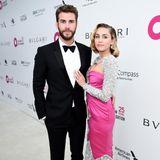 """Sorry Liam, aber bei diesem Kleid können wir nicht anders, als lediglich auf deine Liebste zu blicken. Miley Cyrus trägt nämlich ein Kleid, das nur so """"Moschino"""" schreit. Poppige Farbe, viel Glitzer, ein Hauch von Comic - das Design spiegelt die Ästhetik des Labels bestens wieder."""