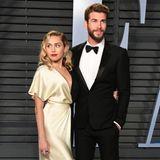 """Gut ein Jahr zuvor gehören Miley Cyrus und Liam Hemsworth zu den """"Best Dressed""""-Pärchen auf dem roten Teppich, als sie zu der Oscarsparty der """"Vanity Fair"""" gehen. Alle lieben Mileys Robe von Prabal Gurung."""