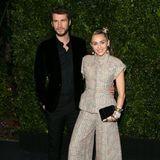 Schade, dass beim Vor-Oscar-Dinner von Chanel die Fotokulisse so dunkel ist. So geht fast unter, dass Liam Hemsworth einen tollen Anzug aus Samt trägt. Miley Cyrus sieht man in ihrem hellen Tweed-Zweiteiler dafür umso besser. Er stammt von dem französischen Couture-Haus und verbindet Moderne mit Historie.