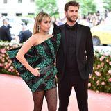 Bei der Met Gala 2019 lässt Liam Hemsworth seiner Miley den (modischen) Vortritt. In einem skulpturellen Geo-Kleid von Saint Laurent mit grünem Glitzer ist sie die Augenweide schlechthin.
