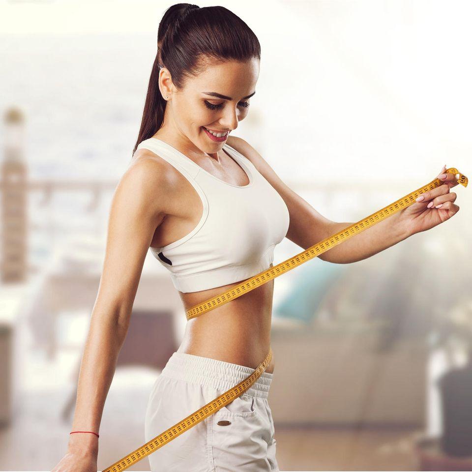 Schnell abnehmen, Frau, Maßband, sportlicher Körper, Trainingskleidung