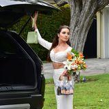 """Die ehemalige """"Miss Universe"""" Olivia Culpo wird in Los Angeles beim grazilen Öffnen ihres Kofferraums abgelichtet. Dabei sticht ein Designer-Accessoire ganz besonders ins Auge: Eine Sixpack-Handtasche voller prickelnder Prosecco-Fläschchen."""