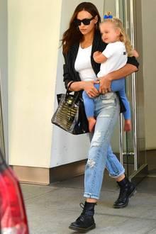 Was ein modisches Duo: Model Irina Shayk unterwegs mit Tochter Lea in New York. Dabei stiehlt die zweijährige ihrer berühmten Mutter fast die Show. Ihre süßen Goldlocken hält eine blaue Schleife zusammen – passend zur Leggings. Wir sind uns jetzt schon sicher, dass die Kleine irgendwann in die Fußstapfen von Irina treten wird.