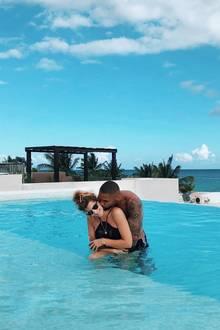 """1. Juli 2019   """"Happy birthday Lieblingsmensch"""", postet Sarah Harrison zu demsüßenUrlaubsmoment mit Ehemann Dominic."""