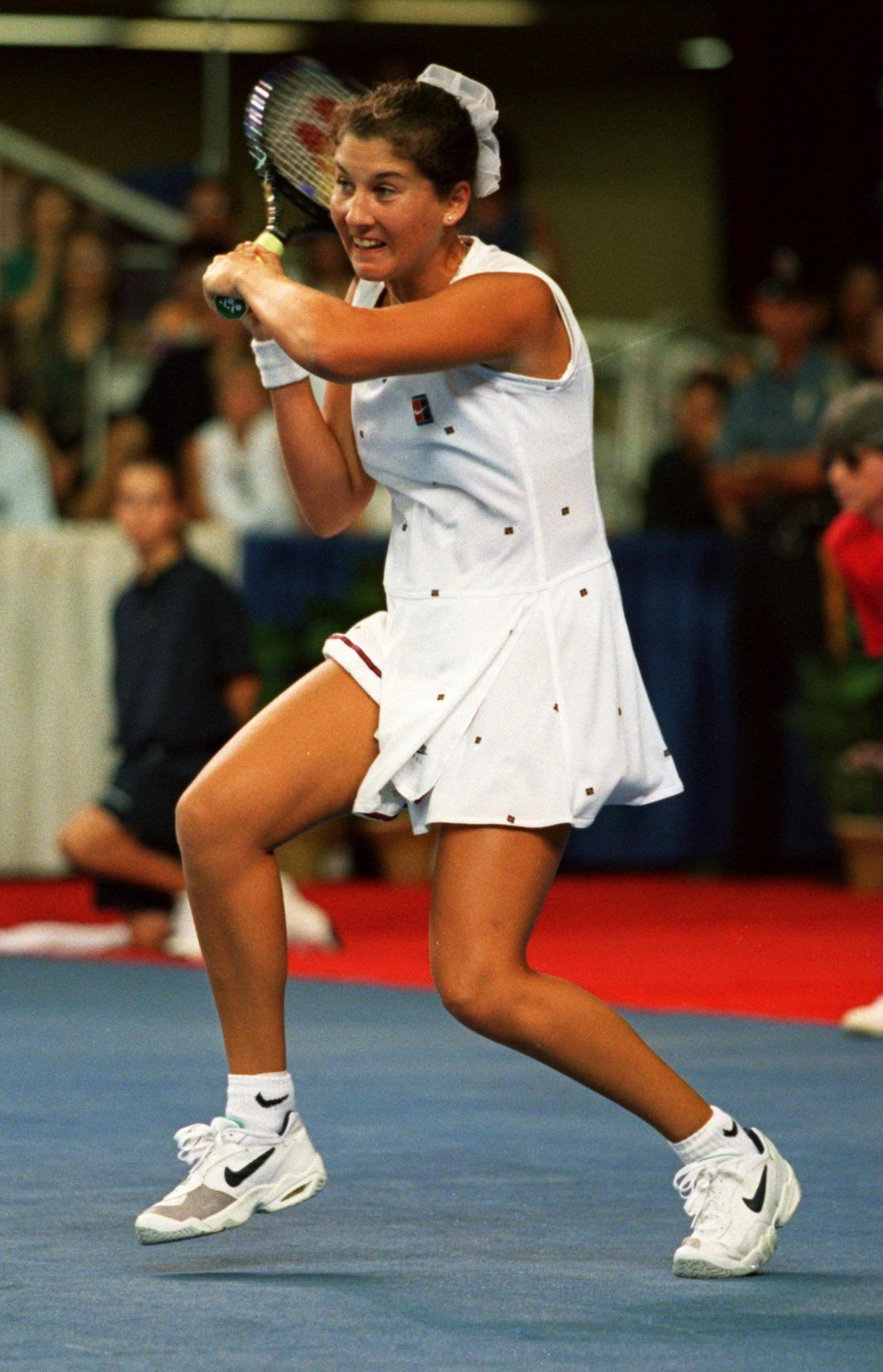 In den 90er-Jahren ist Monica Seles bekannt für ihre druckvollen Schläge. Sowohl Rück- als auch Vorhand spielt sie beidhändig und ohne umzugreifen - eine Besonderheit im Tennis.