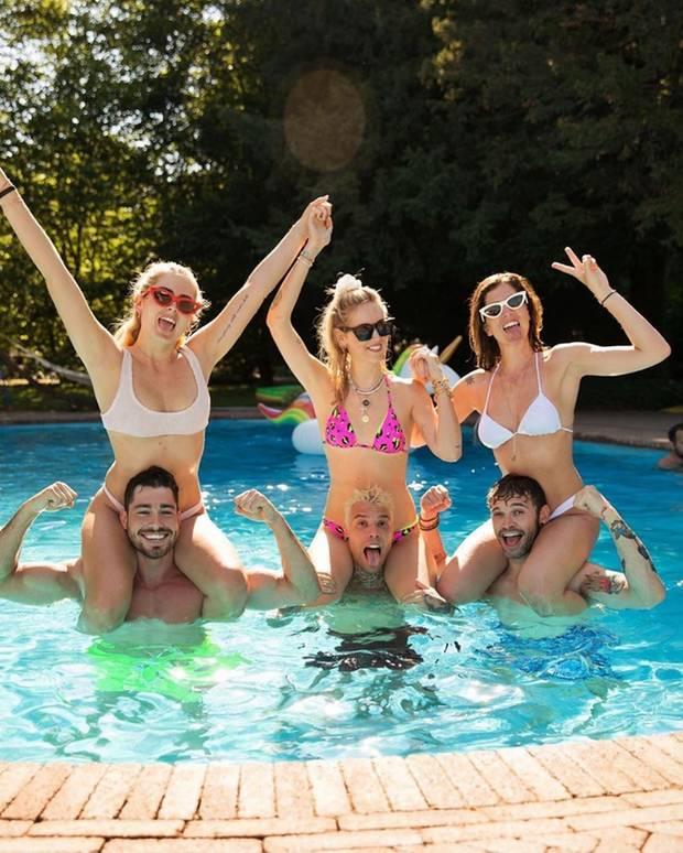 """""""Wer ist das beste Paar?"""", postet Chiara Ferragni (Mitte). Die Modebloggerin zeigt sich gut gelaunt mit ihren Schwestern Valentina undFrancesca. Die drei hübschen Damen lassen sich von ihren jeweiligen Partnern tragen."""