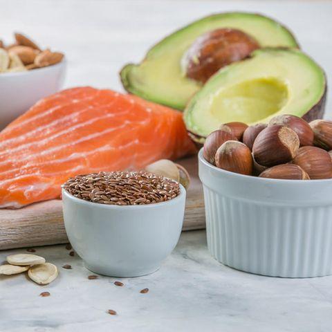 Omega 3, Omega-3-Lebensmittel, Omega-3-Wirkung, Lachs, Walnüsse, Haselnüsse, Avocado, Öl, Chia-Samen