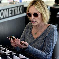 Der Hollywoodstar kann sich einfach nicht entscheiden: In Beverly Hills wird Sharon Stone beim Kaufen von über20 Sonnenbrillen gesichtet.