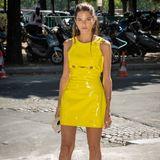 In den sonnigen Straßen von Paris trifft man kurz vor der Show von Alexandre Vauthier die brasilianische Star-Bloggerin Helena Bordon. Sie setzt sich in einem gelben Lack-Kleid in die Front Row.