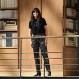 Zum Abschluss der Show tritt Karl Lagerfelds Nachfolgerin,Virginie Viard, auf die oberste Balustrade der Bibliothek. Es war ihre erste Couture-Show, die sie ganz ohne den verstorbenen Designer auf die Beine gestellt hat. Dafür bekommt sie viel Applaus.