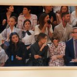 In der Front Row unterhalten sich Margot Robbie und Anna Wintour, während Phoebe Tonkin alle Designs begutachtet.
