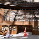 Als Hommage an Bücherliebhaber Karl Lagerfeld ist die Kulisse der ersten Chanel-Couture-Show nach seinem Tod einer Bibliothek nachempfunden.