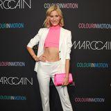 Mandy Bork präsentiert auf dem Red Carpet vor der Marc Cain Show ihren trainierten Bauch.