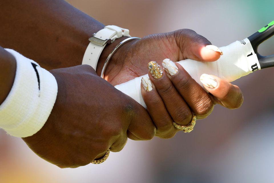 Hier funkelt Serena Williams Mittelfinger.
