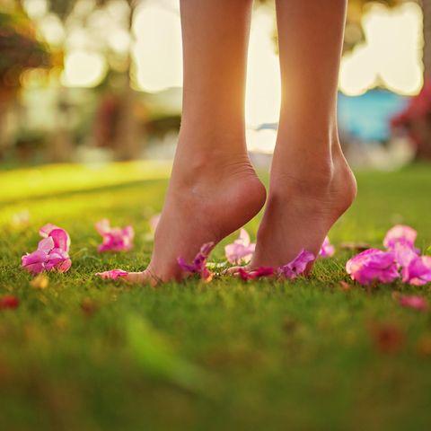 Unter meinen Füßen: Barfuß nehmen wir unsere Umwelt viel bewusster wahr.