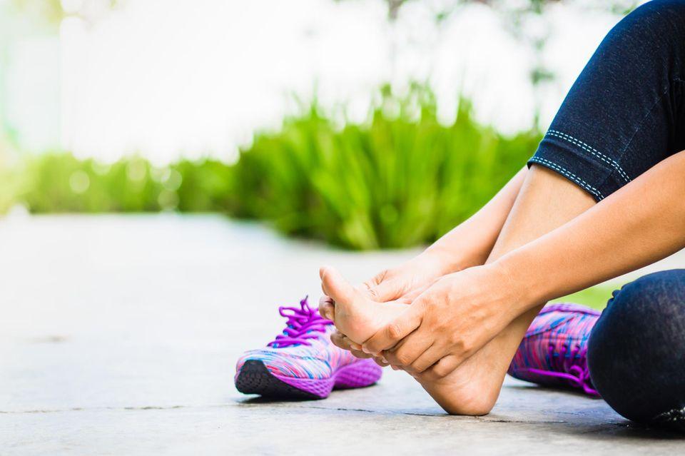 Schuhe, die ständig in Sneakern stecken, sind anfälliger für Fuß- und Nagelpilz.