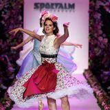 Ballett-Tänzerinnen im Dirndl: Die Show von Sportalm startet gewohnt spektakulär.