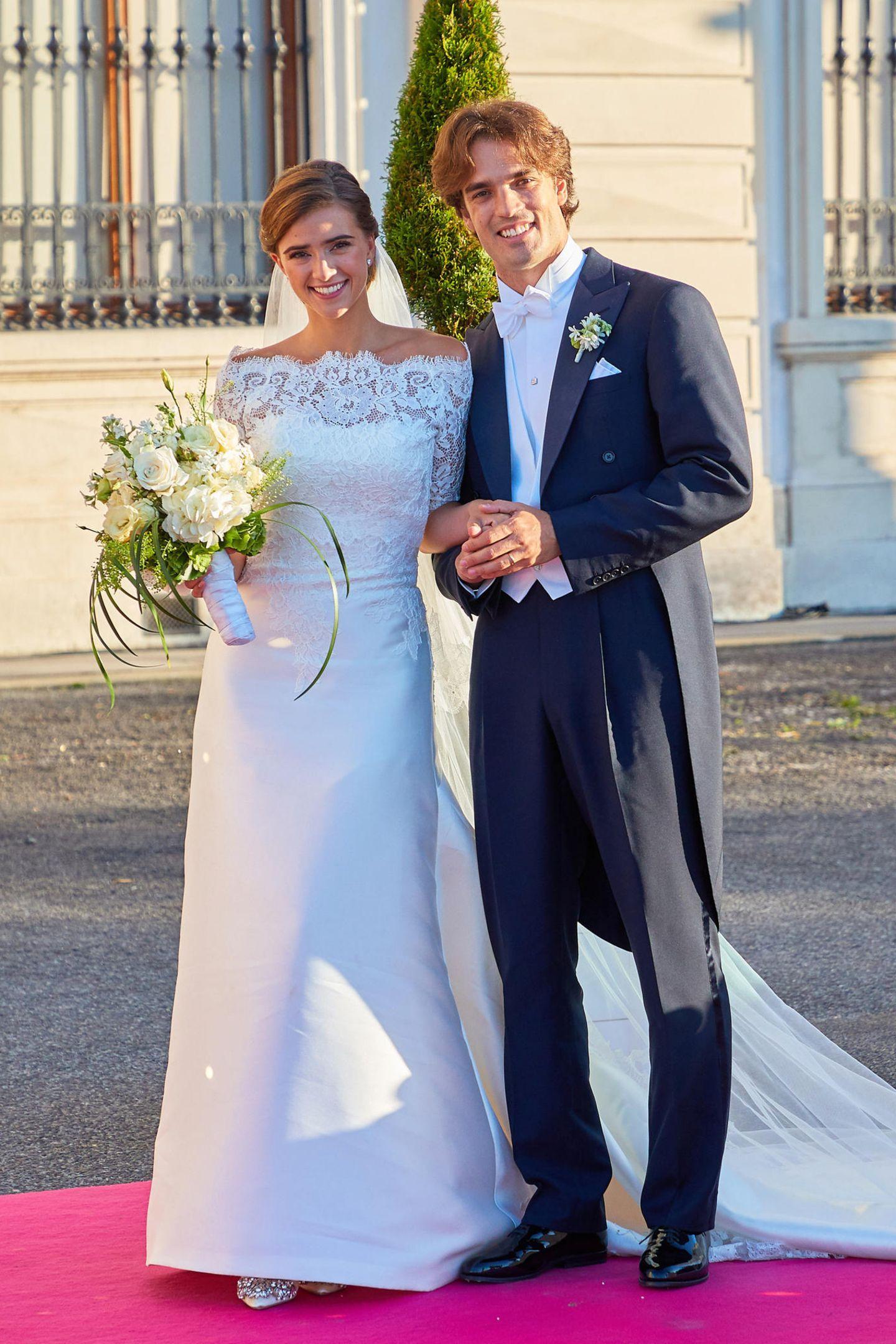 Traumhochzeit in Wien: Swarovski-Erbe Arturo Pacifico Griffini heiratet Sophia Doyle in der Jesuitenkirche. Die Braut zeigt sich an ihrem großen Tag natürlich von ihrer besten Seite und trägt ein wunderschönes Brautkleid samt Schleier.