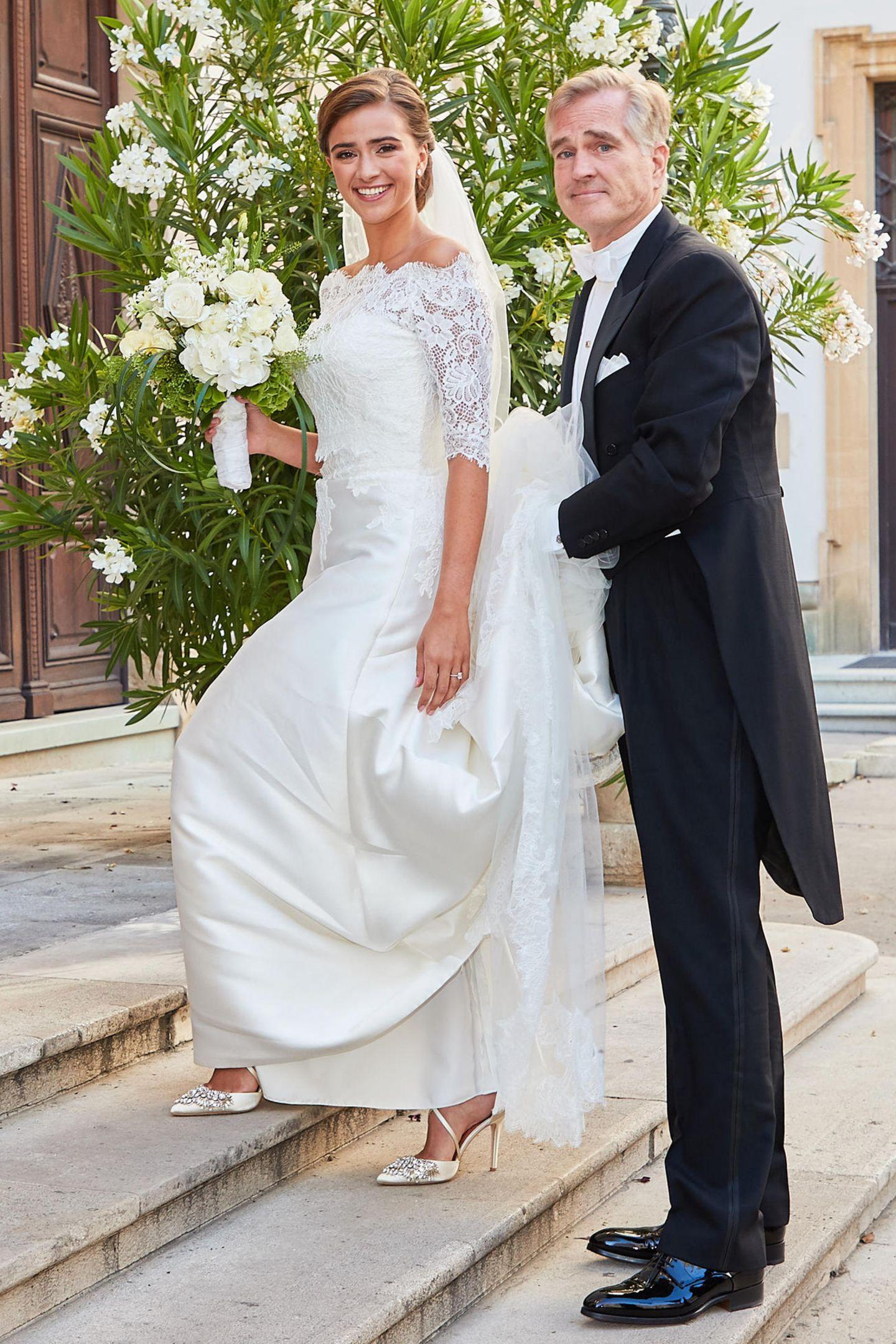 Auf dem Weg zum Ja-Wort: Auch Sophias Brautschuhe sind ein echter Hingucker! Sie trägt spitze Satin-Pumps mit funkelnden Applikationen und einem filigranen Band.