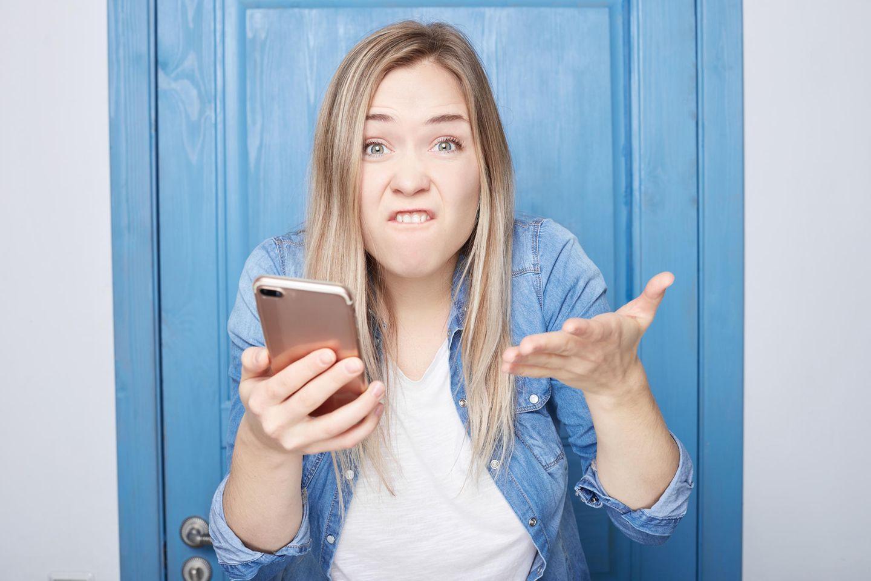 Frustrierte Frau am Handy