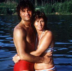"""Costa Cordalis (†): 1971 geben sich Costa und Ingrid Cordalis das Ja-Wort. Obwohl Costa Cordalis in seiner Biographie """"Der Himmel muss warten"""" verrät, dass die beiden auch schwere Zeiten hatten und sogar an eine Trennung dachten, hält ihre Liebe fast 50 Jahre lang."""