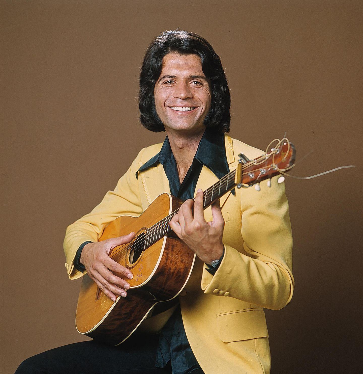 """Costa Cordalis (†): Costa Cordalis kommt im Alter von 16 Jahren nach Deutschland. Nachdem er eine Weile in Frankfurt studiert, macht er 1965 mit seiner eingedeutschten Version """"Du hast ja Tränen in den Augen"""" von Elvis Presleys Hit """"Crying in the Chapel"""" auf sich aufmerksam - leider ohne Erfolg."""