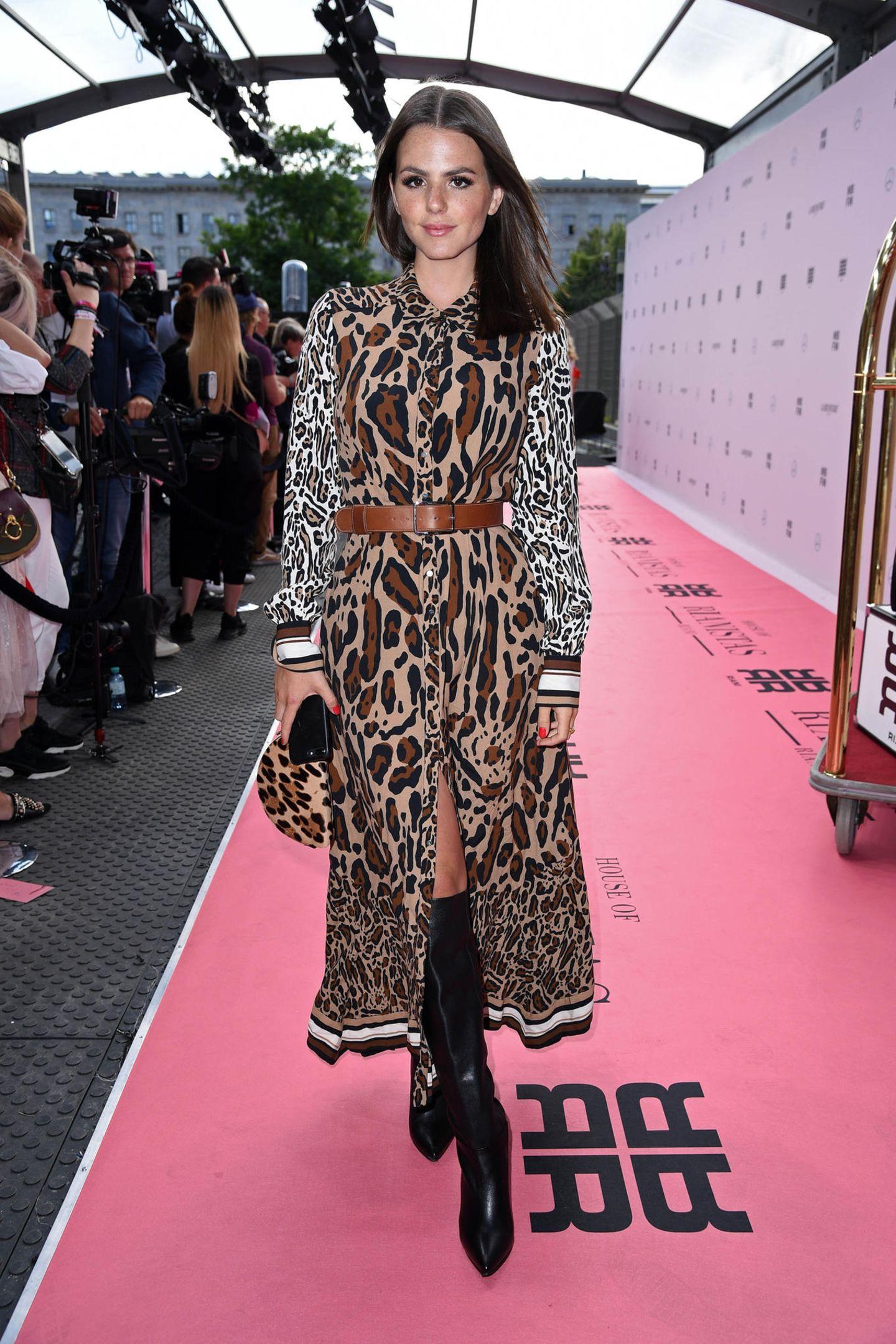 Ruby O. Fee schwebt im stylischen Leo-Look über den Pink Carpet bei Riani.